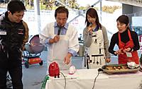 割烹着姿の清水和夫さんとエプロンの似合うまるも亜希子さんと島田敬子さん